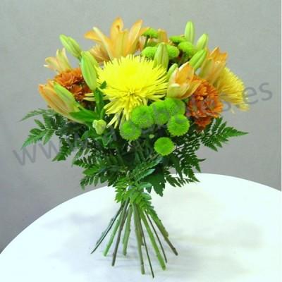 Ramo de flores variadas en naranja y verde