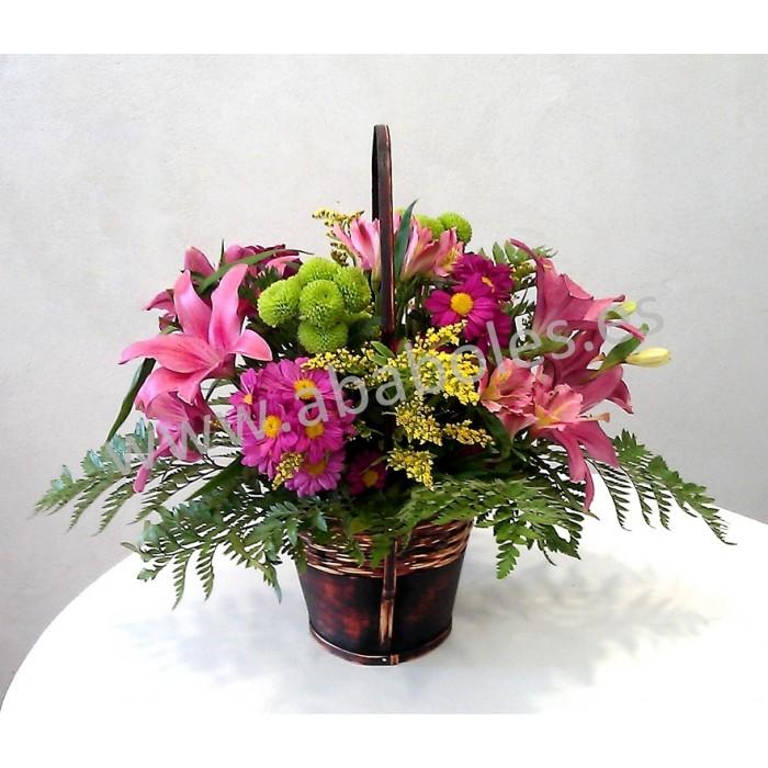 Cesta de flores en tonos rosas y verdes