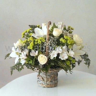 Cesta de flores en tonos blancos